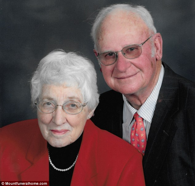 Après soixante-trois ans de mariage, ce couple décède dans la même pièce à 20 minutes d'intervalle