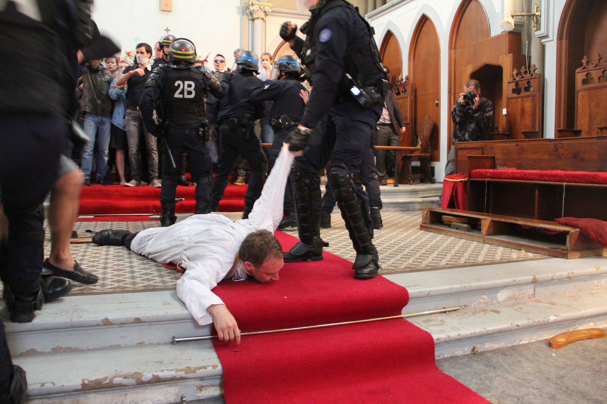 Les images choquantes de l'évacuation dans la violence de l'église Sainte-Rita et les réactions de la droite