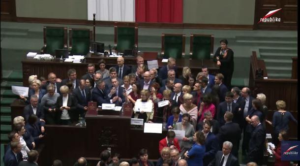 La fin de la crise parlementaire en Pologne après presque un mois d'occupation de la Diète par une partie de l'opposition