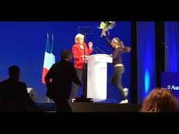 Marine Le Pen attaquée par une Femen au meeting de Paris (vidéo)