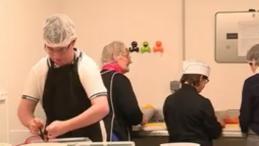 Handicap : un restaurant social embauche des personnes trisomiques