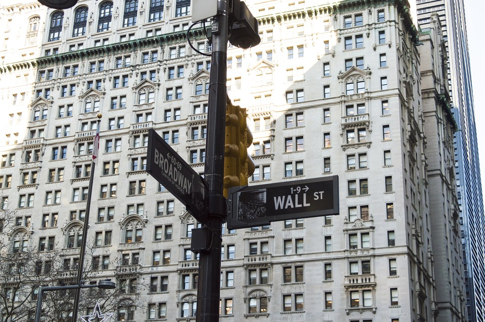 Comment expliquer la forte chute de la bourse de Wall Street ?
