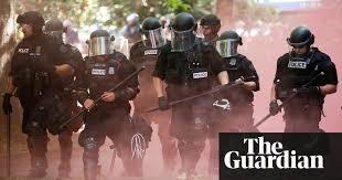 Manifestation de l'Alt-Right à Portland, OR. La police charge les contre-manifestants d'extrême gauche