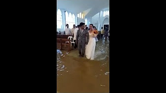 Aux Philippines, un mariage… les pieds dans l'eau