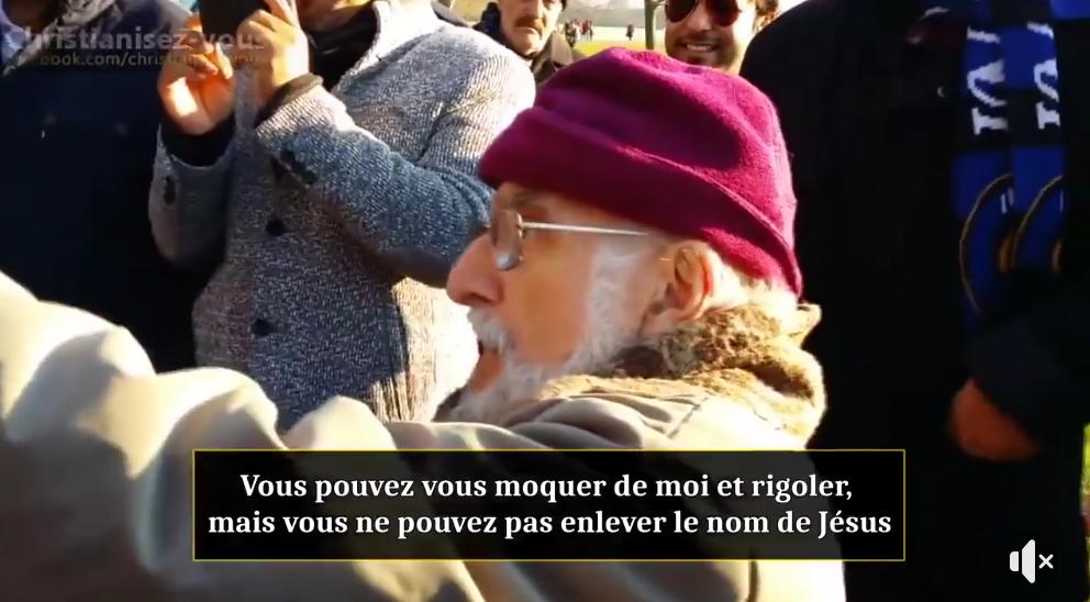 Un vieil homme chrétien courageux face à des musulmans (VIDÉO)