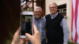Grâce à un test ADN, deux frères Français et Américain se rencontrent pour la première fois (VIDÉO)