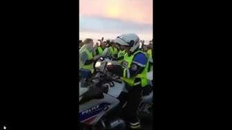 Quand des motards de la police enfilent leurs gilets jaunes (VIDÉO)