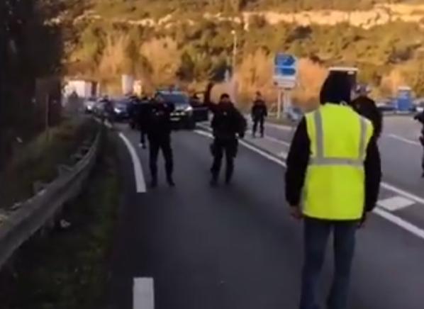 """Un gendarme menace des Gilets Jaunes : """"C'est une grenade… Le premier qui avance, il est mort !"""" (VIDÉO)"""