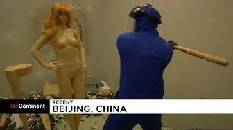 Chine : pour se défouler, ils frappent avec une masse des mannequins féminins (VIDÉO)