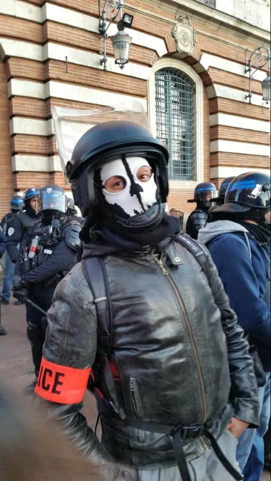 Ce flic est une racaille à la solde d'un régime d'occupation qui jouit d'inspirer la terreur aux ennemis de ses maîtres