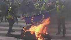 Des manifestants Gilets Jaunes brûlent le drapeau de l'Union Européenne (VIDÉO)