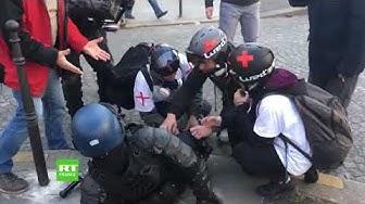 Acte 18 : des street medics viennent en aide à un CRS blessé (VIDÉO)
