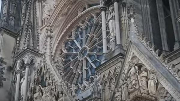 Pour reconstruire la charpente de la cathédrale de Reims, vingt longues années avaient été nécessaires...