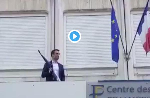 Au centre des impôts de Forbach, Florian Philippot remplace le drapeau de l'UE par le drapeau français (VIDÉO)