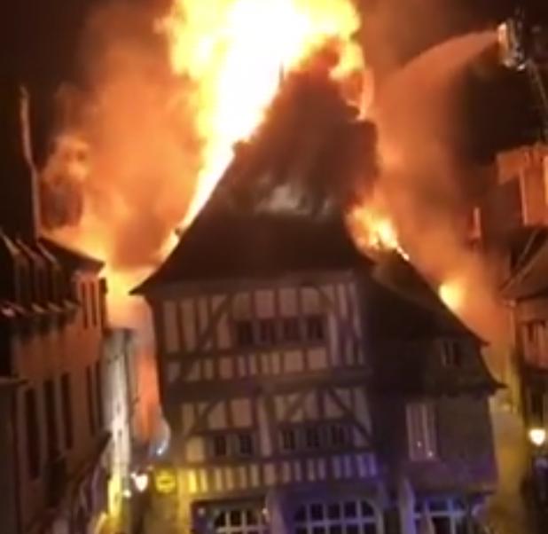 Samedi soir, l'une des plus vieilles maisons de Dinan en feu (VIDÉO)