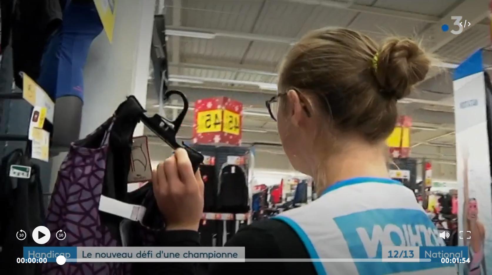 Travail : le nouveau défi d'une championne de natation, atteinte de trisomie 21 (REPORTAGE)