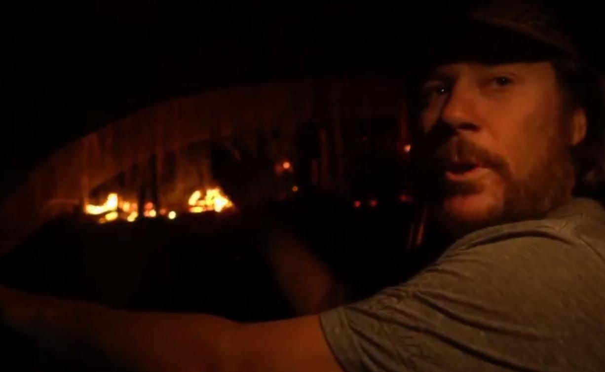 Rencontre avec ces Australiens qui s'organisent pour sauver leurs maisons des flammes (VIDÉO)