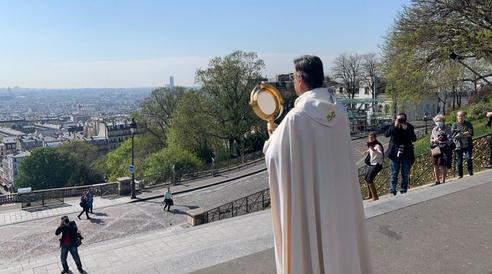 Michel Aupetit, archevêque de Paris, bénit la ville de Paris depuis la basilique du Sacré-Coeur