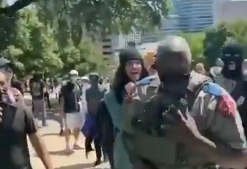 Un policier noir attaqué par une foule d'antifas blancs (VIDÉO)