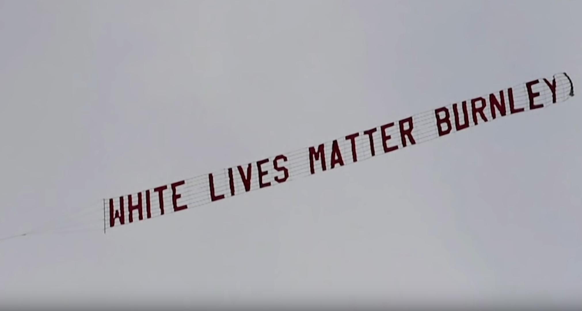 """""""White Lives Matter"""", la bannière qui a survolé un match de Premier League et qui choque Le HuffPost (VIDÉO)"""