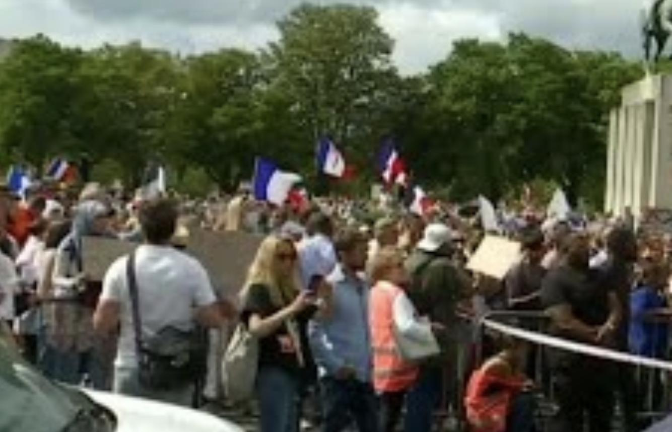 Il n'y a jamais eu autant de monde à manifester contre le pouvoir en place en plein mois de juillet dans l'histoire de la Cinquième République